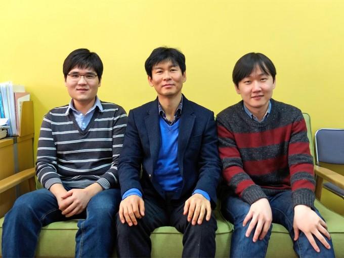 이효철 IBS 그룹리더(가운데)와 연구팀의 모습. 왼쪽은 김종구 KAIST 박사과정 학생이고 오른쪽은 김경환 IBS 연구위원이다.  - IBS 제공